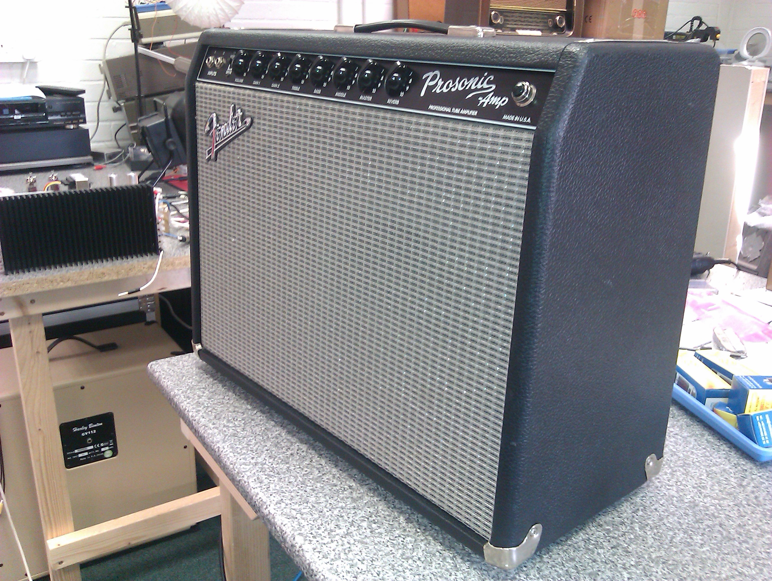 Great sounding 2x10 combo with solid state/tube rectifier selection